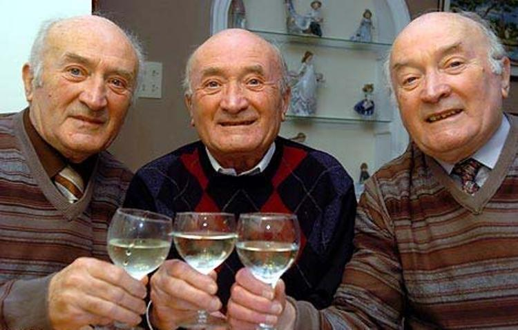 IF-THREE-PEOPLE-ARE-PHOTOGRAPHED-TOGETHER-ONE-IN-THE-MIDDLE-WILL-DIE-FIRST